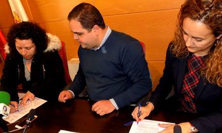 """Fundación Cajasur y la Asociación de madres y padres """"Primeros Pasos"""" de la Escuela Infantil Virgen del Pilar, firman un convenio para la mejora del patio"""