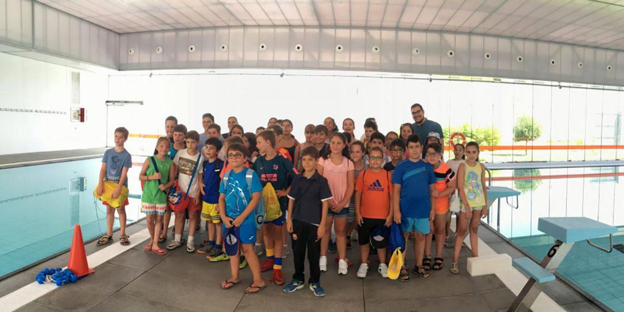 60 menores del programa Diviértete visitan las instalaciones deportivas municipales