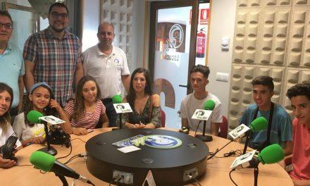 Un grupo de corresponsales juveniles visita las instalaciones de la radio municipal